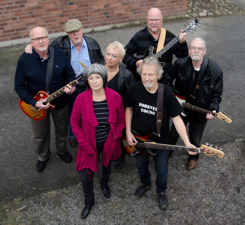 Musikprojektet som gav ett gäng 70-plusare chansen att bilda rockband. Här är de, Forever Young! Foto: Roland Cox