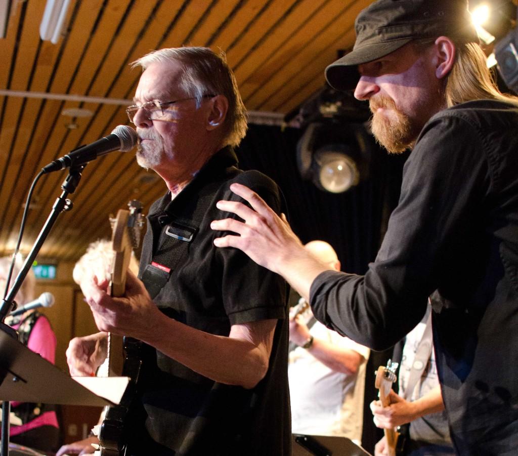 Klas Ahlman leder Peter Wärmling och de övriga mogna rockarna i Forever Young i Södertälje. Foto: Roland Cox